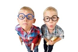 Malé děti s brýlemi