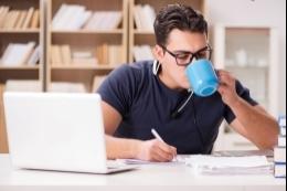 Mladý student pije kafe